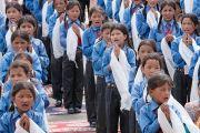 Школьники возносят молитвы в начале встречи с Его Святейшеством Далай-ламой в школе Ламдон в Ше. Ладак, штат Джамму и Кашмир, Индия. 12 августа 2016 г. Фото: Тензин Чойджор (офис ЕСДЛ)