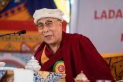 Его Святейшество Далай-лама обращается к гостям во время торжественного обеда, организованного в Чогламсаре Ладакским автономным горным советом по развитию. Ладак, штат Джамму и Кашмир, Индия. 14 августа 2016 г. Фото: Тензин Чойджор (офис ЕСДЛ)
