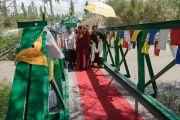 Его Святейшество Далай-ламу встречают по прибытии в парк Чогламсара на торжественный обед, организованный Ладакским автономным горным советом по развитию. Ладак, штат Джамму и Кашмир, Индия. 14 августа 2016 г. Фото: Тензин Чойджор (офис ЕСДЛ)