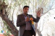 Уполномоченный комиссар по округу Ле задает вопрос Его Святейшеству Далай-ламе во время торжественного обеда, организованного в Чогламсаре Ладакским автономным горным советом по развитию. Ладак, штат Джамму и Кашмир, Индия. 14 августа 2016 г. Фото: Тензин Чойджор (офис ЕСДЛ)