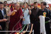 Его Святейшество Далай-лама шутливо играет с луком в парке Чогламсара перед началом торжественного обеда, организованного Ладакским автономным горным советом по развитию. Ладак, штат Джамму и Кашмир, Индия. 14 августа 2016 г. Фото: Тензин Чойджор (офис ЕСДЛ)