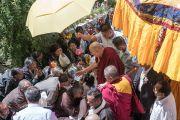 Его Святейшество Далай-лама приветствует местных жителей по прибытии в женский монастырь, входящий в Ладакскую ассоциацию женских монастырей. Ле, Ладак, штат Джамму и Кашмир, Индия. 17 августа 2016 г. Фото: Тензин Чойджор (офис ЕСДЛ)