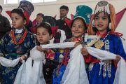 Ученики в традиционных ладакских одеяниях ожидают прибытия Его Святейшества Далай-ламы в среднюю школу Исламия. Ле, Ладак, штат Джамму и Кашмир, Индия. 17 августа 2016 г. Фото: Тензин Чойджор (офис ЕСДЛ)