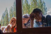 Местные жители заглядывают в окно в надежде хоть мельком увидеть Его Святейшество Далай-ламу во время его визита в мечеть Имамбарга Чучот Гонгма. Ле, Ладак, штат Джамму и Кашмир, Индия. 17 августа 2016 г. Фото: Тензин Чойджор (офис ЕСДЛ)