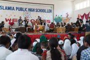 Его Святейшество Далай-лама отвечает на вопросы учащихся во время визита в среднюю школу Исламия. Ле, Ладак, штат Джамму и Кашмир, Индия. 17 августа 2016 г. Фото: Тензин Чойджор (офис ЕСДЛ)
