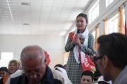 Одна из учениц задает вопрос Его Святейшеству Далай-ламе во время лекции в средней школе Исламия. Ле, Ладак, штат Джамму и Кашмир, Индия. 17 августа 2016 г. Фото: Тензин Чойджор (офис ЕСДЛ)