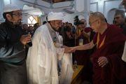 Его Святейшество Далай-лама приветствует представителей мусульманского сообщества по прибытии в мечеть Имамбарга Чучот Гонгма. Ле, Ладак, штат Джамму и Кашмир, Индия. 17 августа 2016 г. Фото: Тензин Чойджор (офис ЕСДЛ)
