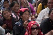 Верующие слушают учения Его Святейшества Далай-ламы по поэме Шантидевы «Бодхичарья-аватара» во время второго дня учений. Ле, Ладак, штат Джамму и Кашмир, Индия. 19 августа 2016 г. Фото: Тензин Чойджор (офис ЕСДЛ)