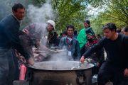 Местные жители готовят молочный чай, которым будут угощать слушателей во время второго дня учений Его Святейшества Далай-ламы по поэме Шантидевы «Бодхичарья-аватара». Ле, Ладак, штат Джамму и Кашмир, Индия. 19 августа 2016 г. Фото: Тензин Чойджор (офис ЕСДЛ)