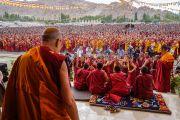 По прибытии на сцену площадки Шивацель Его Святейшество Далай-лама наблюдает, как монахи проводят философский диспут в начале первого дня учений по поэме Шантидевы «Бодхичарья-аватара». Ле, Ладак, штат Джамму и Кашмир, Индия. 18 августа 2016 г. Фото: Тензин Чойджор (офис ЕСДЛ)