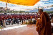 Его Святейшество Далай-лама машет верующим рукой на прощание по окончании третьего дня учений по поэме Шантидевы «Бодхичарья-аватара». Ле, Ладак, штат Джамму и Кашмир, Индия. 20 августа 2016 г. Фото: Тензин Чойджор (офис ЕСДЛ)