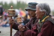 Верующие вращают молитвенные барабаны, слушая учения Его Святейшества Далай-ламы по поэме Шантидевы «Бодхичарья-аватара». Ле, Ладак, штат Джамму и Кашмир, Индия. 20 августа 2016 г. Фото: Тензин Чойджор (офис ЕСДЛ)