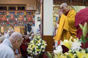 Его Святейшество Далай-лама приветствует слушателей по прибытии в главный тибетский храм в начале первого дня четырехдневных учений по «Драгоценной гирлянде» Нагарджуны, организованных по просьбе группы буддистов из Юго-Восточной Азии. Дхарамсала, штат Химачал-Прадеш, Индия. 29 августа 2016 г. Фото: Тензин Чойджор (офис ЕСДЛ)