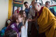 По прибытии в главный тибетский храм Его Святейшество Далай-лама приветствует слушателей из более чем 57 стран мира, собравшихся на учения по «Драгоценной гирлянде» Нагарджуны. Дхарамсала, штат Химачал-Прадеш, Индия. 29 августа 2016 г. Фото: Тензин Чойджор (офис ЕСДЛ)