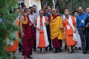 Его Святейшество Далай-лама и старшие монахи из Таиланда направляются в главный тибетский храм Дхарамсалы в начале первого дня четырехдневных учений по «Драгоценной гирлянде» Нагарджуны. Дхарамсала, штат Химачал-Прадеш, Индия. 29 августа 2016 г. Фото: Тензин Чойджор (офис ЕСДЛ)