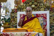 Его Святейшество Далай-лама во время первого дня четырехдневных учений по «Драгоценной гирлянде» Нагарджуны в главном тибетском храме. Дхарамсала, штат Химачал-Прадеш, Индия. 29 августа 2016 г. Фото: Лобсанг Церинг (офис ЕСДЛ)