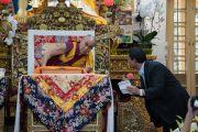 Его Святейшество Далай-лама слушает вопрос из аудитории во время второго дня четырехдневных учений по «Драгоценной гирлянде» Нагарджуны. Дхарамсала, штат Химачал-Прадеш, Индия. 30 августа 2016 г. Фото: Тензин Чойджор (офис ЕСДЛ)