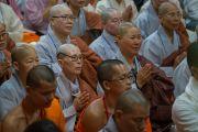 Монахи и монахини из Юго-Восточной Азии почтительно приветствуют Его Святейшество Далай-ламу, прибывшего в главный тибетский храм в начале первого дня четырехдневных учений по «Драгоценной гирлянде» Нагарджуны. Дхарамсала, штат Химачал-Прадеш, Индия. 29 августа 2016 г. Фото: Тензин Чойджор (офис ЕСДЛ)