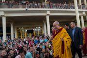 Его Святейшество Далай-лама машет верующим рукой на прощание по окончании второго дня четырехдневных учений по «Драгоценной гирлянде» Нагарджуны. Дхарамсала, штат Химачал-Прадеш, Индия. 30 августа 2016 г. Фото: Тензин Чойджор (офис ЕСДЛ)