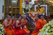 Тайские монахи читают Сутру сердца в начале второго дня четырехдневных учений по «Драгоценной гирлянде» Нагарджуны, организованных в главном тибетском храме по просьбе группы буддистов из Юго-Восточной Азии. Дхарамсала, штат Химачал-Прадеш, Индия. 30 августа 2016 г. Фото: Лобсанг Церинг (офис ЕСДЛ)