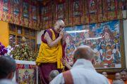 Его Святейшество Далай-лама приветствует слушателей в начале второго дня четырехдневных учений по «Драгоценной гирлянде» Нагарджуны, организованных в главном тибетском храме по просьбе группы буддистов из Юго-Восточной Азии. Дхарамсала, штат Химачал-Прадеш, Индия. 30 августа 2016 г. Фото: Тензин Пунцок (офис ЕСДЛ)