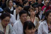 Верующие из Юго-Восточной Азии слушают учения Его Святейшества Далай-ламы по «Драгоценной гирлянде» Нагарджуны в главном тибетском храме. Дхарамсала, штат Химачал-Прадеш, Индия. 30 августа 2016 г. Фото: Тензин Чойджор (офис ЕСДЛ)