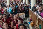 Слушатели ожидают, когда Его Святейшество Далай-лама спустится во двор главного тибетского храма по окончании второго дня четырехдневных учений по «Драгоценной гирлянде» Нагарджуны, на которые собралось более 7000 верующих. Дхарамсала, штат Химачал-Прадеш, Индия. 30 августа 2016 г. Фото: Тензин Чойджор (офис ЕСДЛ)