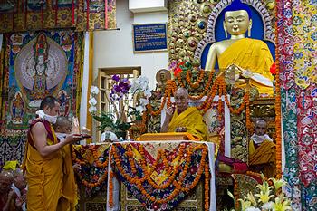 Далай-лама завершил четырехдневные учения по сочинению Нагарджуны «Драгоценная гирлянда» и даровал посвящение Авалокитешвары