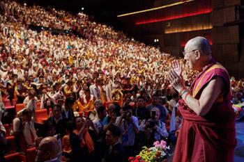В Париже Далай-лама дал несколько интервью, встретился с членами Парижского совета адвокатов и местными тибетцами