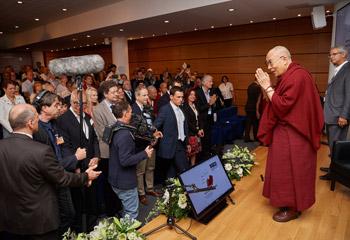 Далай-лама встретился с учеными в Страсбурге на конференции «Тело, ум, наука»