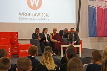 Во Вроцлаве Далай-лама посетил выставку «Прощение и примирение»