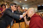 По прибытии на открытие 7-й Международной конференции групп поддержки Тибета Его Святейшество Далай-лама дает слепому китайскому правозащитнику Чэнь Гуанчэну прикоснуться к своему лицу в знак приветствия. Брюссель, Бельгия. 8 сентября 2016 г. Фото: Оливье Адам