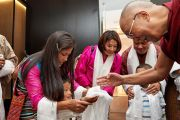 По возвращении в отель Его Святейшество Далай-лама приветствует ожидавших его тибетцев из тибетского сообщества. Брюссель, Бельгия. 8 сентября 2016 г. Фото: Оливье Адам