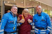 Его Святейшество Далай-лама фотографируется с двумя полицейскими, помогающими во время его визита в Брюссель. Брюссель, Бельгия. 8 сентября 2016 г. Фото: Оливье Адам