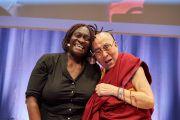 Его Святейшество Далай-лама фотографируется с Тео Сова, исполнительным директором фонда «Африканские женщины за развитие», после ее выступления во время второго дня конференции «Власть и забота», организованной под эгидой института «Ум и жизнь». Брюссель, Бельгия. 10 сентября 2016 г. Фото: Оливье Адам