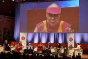 Его Святейшество Далай-лама выступает с обращением в начале утренней сессии второго дня конференции «Власть и забота», организованной под эгидой института «Ум и жизнь». Брюссель, Бельгия. 10 сентября 2016 г. Фото: Оливье Адам