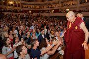Его Святейшество Далай-лама пожимает руки участникам по завершении второго дня конференции «Власть и забота», организованной в центре изящных искусств «Бозар» под эгидой института «Ум и жизнь». Брюссель, Бельгия. 10 сентября 2016 г. Фото: Оливье Адам