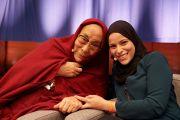 Его Святейшество Далай-лама шутливо позирует с Алаа Мурабит, основателем организации «Голос ливийских женщин», перед началом утренней сессии второго дня конференции «Власть и забота», организованной под эгидой института «Ум и жизнь». Брюссель, Бельгия. 10 сентября 2016 г. Фото: Оливье Адам