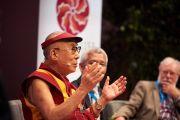 Его Святейшество Далай-лама выступает с комментариями в завершение дневной сессии второго дня конференции «Власть и забота», организованной под эгидой института «Ум и жизнь». Брюссель, Бельгия. 10 сентября 2016 г. Фото: Оливье Адам