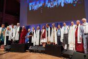 Его Святейшество Далай-лама фотографируется на память со всеми докладчиками по завершении конференции «Власть и забота», организованной под эгидой института «Ум и жизнь». Брюссель, Бельгия. 11 сентября 2016 г. Фото: Оливье Адам