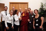 Его Святейшество Далай-лама с сотрудниками центра изящных искусств «Бозар», в котором прошла конференция «Власть и забота». Брюссель, Бельгия. 11 сентября 2016 г. Фото: Оливье Адам