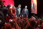Его Святейшество Далай-лама пожимает руки слушателям по окончании публичной лекции «Личные обязательства и глобальная ответственность», прошедшей в Брюссельском выставочном центре «Palais 12 Expo». Брюссель, Бельгия. 11 сентября 2016 г. Фото: Джереми Рассел (офис ЕСДЛ)