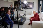 Его Святейшество Далай-лама дает интервью журналисту фламандского телеканала новостей VRT Стефану Меербергену. Брюссель, Бельгия. 11 сентября 2016 г. Фото: Оливье Адам