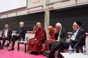 Его Святейшество Далай-лама обращается к собравшимся в ходе межконфессиональной встречи в Лувенском католическом университете. Брюссель, Бельгия. 12 сентября 2016 г. Фото: Оливье Адам