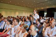 Один из участников встречи с членами организации «Молодые президенты» задает вопрос Его Святейшеству Далай-ламе. Брюссель, Бельгия. 12 сентября 2016 г. Фото: Оливье Адам