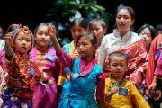 Юные тибетцы исполняют традиционные песни и танцы для Его Святейшества Далай-ламы во время встречи во Дворце конгресса. Париж, Франция. 13 сентября 2016 г. Фото: Оливье Адам
