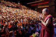 Его Святейшество Далай-лама приветствует верующих в начале встречи, на которую прибыло более 3100 тибетцев из местного тибетского сообщества. Париж, Франция. 13 сентября 2016 г. Фото: Оливье Адам