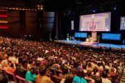 Вид на сцену Дворца конгресса во время встречи Его Святейшества Далай-ламы с членами местного тибетского сообщества. Париж, Франция. 13 сентября 2016 г. Фото: Оливье Адам