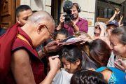 Его Святейшество Далай-лама раздает автографы своим почитателям, собравшимся рядом с его отелем. Париж, Франция. 13 сентября 2016 г. Фото: Оливье Адам