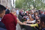 Его Святейшество Далай-лама приветствует своих почитателей по прибытии в Дом адвокатов на встречу с членами Парижского совета адвокатов. Париж, Франция. 13 сентября 2016 г. Фото: Джереми Рассел (офис ЕСДЛ)